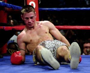 U četvrtoj rundi Nasim Hamed napada Sančeza izvanrednom kombinacijom udaraca, a posle četvrtog Ogi je završio na podu. Teturao je po podu, pokušao je i da ustane, ali nije mogao, završio je meč između konopaca. Sudija Majkl Ortega je odmah prekinuo borbu, a lekari su istog trenutka pohrlili u ring i smestili Sanečeza na nosila. Nesrećni bokser je odmah upućen u obližnji medicinski centar, gde mu je ustanovljen teži potres mozga.