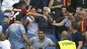 """Tada dvadesettrogodišnji Florenci je naime na meču 3. kola Serije A protiv Kaljarija u 13. minutu postigao gol za """"Vučicu"""", a onda pretrčao dobar deo terena i popeo se na tribinu kako bi zagrlio svoju 82-godišnju baku Auroru, koja je u društvu porodice fudbalera pratila meč. Baka se rasplakala od sreće, ceo stadion je bio oduševljen i aplaudirao, ali sudija Sebastijano Peruco nije imao razumevanja za ovaj dirljiv susret, ispoštovao je pravila i dodelio je igraču žuti karton."""