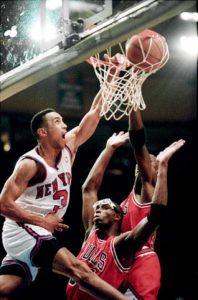 """Pri kraju druge utakmice finala istoka 1992-93, Njujork Niksi već vode 1-0 u seriji i 3 poena u tom meču, a Džon Starks je preveo loptu na polovinu Čikago Bulsa. Sačekao je da mu Patrik Juing postavi """"pik"""", a zatim krenuo na drugu stranu, prošavši lagano pored Bi Džej Armstronga i onda snažno zakucavši levom rukom preko Horasa Grenta i Majkla Džordana (koji se više tu našao da ulepša zakucavanje svojim prisustvom)."""