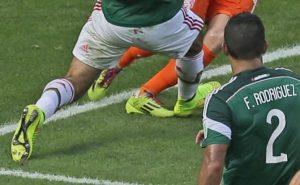 U meču između Meksika i Holandije na Svetskom prvenstvu u Brazilu 2014. godine, pri rezultatu 1:1 u sudijskoj nadoknadi Markez je pomalo naivno zakasnio sa startom i zakačio Robenovu nogu, a sudijska odluka da pokaže na belu tačku bila je itekako diskutabilna. Jasno je da je kontakt postojao, ali je isto tako jasno da je Holanđanin pao - u najmanu ruku - teatralno. Dakle, da li je penal postojao? Reprize se redjaju, različiti uglovi, izdavajaju se fotografije, i i dalje se svi slažu samo u dve stvari - kontakt jeste postojao i Roben je teatralno pao.