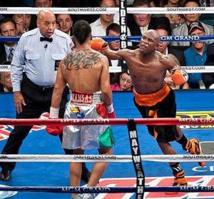 """Čim je malo odmakao, Mejveder ga je ne sačekavši da Ortiz digne gard, kombinacijom levog i desnog krošea poslao na pod. Bilo je očigledno da sudija nije dao znak za nastavak borbe, a nakon prvog, nedovoljno preciznog udarca, Ortiz je začuđeno gledao sudiju pogledom prostestirajući zbog udarca. U tom stanju dočekao je i drugi udarac, od koga nije uspeo da se oporavi i da se podigne sa poda. Titula u velter kategoriji otišla je u ruke Mejvedera, koji je pobedio po bokserskim pravilima, ali suprotno duhu """"plemenite veštine""""."""