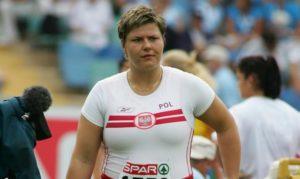 U Sidneju 2000. godine Kamila Skolimovska postala je najmlađa olimpijska šampionka u bacanju kladiva, kada je sa nepunih 18 godina ličnim rekordom od 71,16 metara zadivila planetu. Posle toga usledio je mali pad u rezultatima u njenoj karijeri, samo nekoliko zapaženijih plasmana, ali onda kada je ponovo krenula ka vrhu, tragedija je zaustavila Kamilu na putu ka potpunom ispunjenju životnih i sprtskih snova.