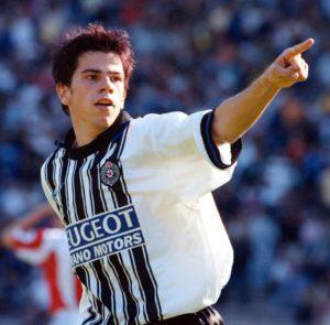 """Igrao se 87. minut, Partizan je krenuo u kontru, Trobok, Tomić i Stojanoski su odlično kombinovali, a lopta je na kraju bila upućena u šesnaesterac, odbila se od igrača Zvezde i došla do Kežmana koji je bio potpuno sam. Zaleteo se i svom snagom """"zabio"""" loptu pod Jevrićevu prečku. Na terenu i tribinama zavladala je neopisiva radost. Kežman je istog trenutka postao miljenik """"Grobara""""."""