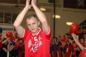 Ipak, nigde mu nije bilo lepše nego u domovini, pa je 2003. godine potpisao za Radnički iz Kragujevca, gde je planirao da završi igračku karijeru. Posle tri godine u kojima je predvodio kao kapiten tim iz Kragujevca i u kojima je bio jedan od najzaslužnijih za veliku ekspanziju odbojke u prestonici Šumadije, Dejan Brđović je sa tačno 40 godina života odlučio da ode u odbojkašku penziju.