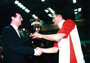 """Na čelu sa Dejanom Brđovićem, Zvezda se vrlo brzo vratila u elitni rang i postala ekipa koja je igrala značajnu ulogu u šampionatu Jugoslavije. U sezoni 1989/90, zauzeli su treće mesto u prvenstvu, a 1992. godine drugo mesto i osvojili pehar pobednika Kupa. Na kraju te sezone Dejan se prvi put oprostio od dresa Zvezde i otišao u """"pečalbu"""", ali se u klub vratio u sezoni 1997/98 i kao kapiten ponovo osvojio trofej u nacionalnom kupu. Potom je opet otišao u inostranstvo, ali se treći put u redovima Zvezde našao u sezoni 2002/03 i kao daleko najiskusniji u timu predvodio """"crveno-bele"""" do šampionske titule, prve za klub posle pauze od 29 godina."""