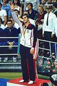 """finale je za Slobodana Kačara bilo """"rutina"""". Poljak Pavel Skžeč se dva puta našao u nokdaunu, pa sudije nisu imale dilemu na kraju meča, 4:1 za novog olimpijskog šampiona u polu-teškoj kategorije, boksera iz Jugoslavije, Slobodana Kačara! Bio je to najveći trenutak njegove karijere i druga olimpijska medalja u boksu za porodicu Kačar, ali pravi spektakl je počeo po Slobodanovom povratku u domovinu. U Novom Sadu mu je priređen veličanstven doček, preko 15000 ljudi je izašlo da pozdravi novu jugoslovensku sportsku zvezdu i tom prilikom su ga okupljeni građani nosili na ramenima ulicama Novog Sada, a u Veterniku u kome je Kačar tada živeo, bila je prava """"ludnica""""."""