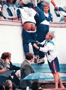"""Engleska mlada reprezentacija igrala je svoj meč sa vršnjacima iz Moldavije. Stariji reprezantivci bodrili su mlađe kolege sa tribina, a među njima su naravno bili i veliki prijatelji i imenjaci Pol Gaskojn i Pol Ins. U jednom trenutku meča počela je da pada kiša tako da su najveće zvezde engleskog fudbala potražile zaklon ispod natkrivene tribine namenjene predstavnicima medija... ili bar pokušale to da urade. Naime, dok je Pol Ins pokušavao da preskoči ogradu i sakrije se od nevremena, popularni """"Gaza"""", uvek spreman za šalu i nove smicalice, povukao mu je donji deo trenerke tako da je """"sevnula"""" Insova obnažena zadnjica. Gaskojn je ovim postupkom uspeo da nasmeje ceo stadion a novinari su požurili da zabeleže ekskluzivne fotografije."""