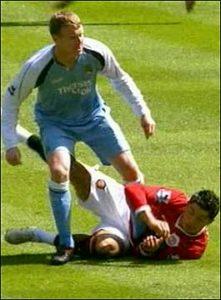 Kristiano Ronaldo došao je do jedne lopte, a znajući od koga im preti najveća opasnost, igrači Sitija odmah su ga udvojili i oborili na zemlju. Jedan od njih bio je i Mihael Bol. Kada je sudija svirao faul, Bol je iskoristio njegovu nepažnju i snažno nagazio, odnosno udario Ronalda namerno u stomak i otrčao sa mesta događaja. Ronaldo je ostao da se previja na zemlji držeći se za stomak i podižući dres kako bi nekako pokazao sudiji šta je prevideo.