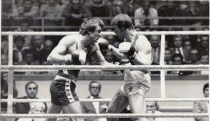 """Vujković je boksovao gotovo savršeno, savladao je nekoliko odličnih protivnika, a u polufinalu i vicešampiona Evrope Istočnog Nemca Jirgena Fangenela, pa se na opšte iznenađenje """"patuljak među džinovima"""" našao u finalu."""