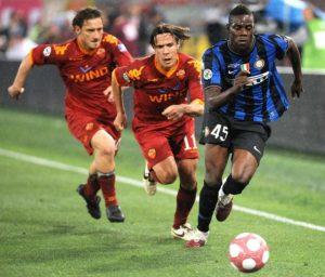"""Međutim, ono što je obeležilo ovu utakmicu odigralo se u 88. minutu, kada je Baloteli odlično probio po levoj strani i gotovo prošao tri Romina igrača, ali ga je sustigao Frančesko Toti i po mnogima """"divljački"""" ga šutnuo po nozi. Baloteli je pao kao pokošen, a sudija se nije dvoumio ni trenutka. Isključio je """"Princa Rima"""" iz igre, pokazavši mu direktan crveni karton."""