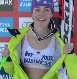 """Pošto je završila svoj nastup u Kortini u superveleslalomu i u tom trenutku se našla na prvom mestu, Tina se našla u prostoru za """"slikanje"""". Slovenačka skijašica je tada pred kamerama skinula gornji deo svog kombinezona i pokazala beli grudnjak na kojem se sa sve malim srcem našla poruka za čelnike švajcarskog skijaškog saveza. Na grudnaku je pisalo """"not your business"""" (u slobodnom prevodu ne tiče vas se), a tom porukom je Tina jasno stavila do znanja da nikoga ne treba da interesuje šta će ona nositi ispod obaveznog kombinezona."""