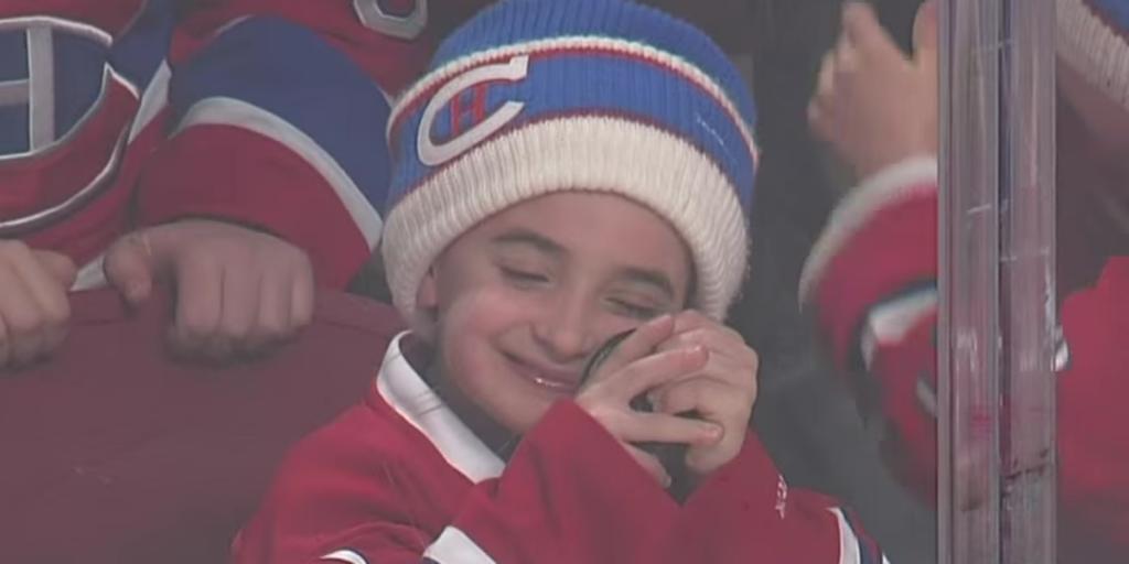 Dečak je bio presrećan zbog toga što je dobio pak.