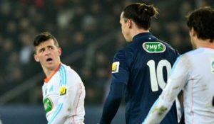 """Barton je izgubio vazdušni duel za petnaestak centimetara višim i nemerljivo jačim Ibrahimovićem, a svoju nemoć iskazao je rugajući se jednom od najpoznatijih noseva sa zelenog terena. Nakon što mu je Ibra u skoku """"uvalio"""" svoj čuveni lakat i pokušao da ga nagazi, u provokatorskom tonu mu je dobacio da ako igra grubo treba da ostane na nogama. Barton mu nije ostao dužan. Tadašnji igrač Marseja odgovorio je Ibrahimoviću na provokaciju kazavši mu da """"ima je*eno veliki nos"""". Naravno, temperamentni Barton je svoje reči propratio gestikulacijom. Ibrahimović je uz osmeh reagovao na sebi svojstven način, a nakon utakmice se ova situacija svakako posebno prepričavala i punila novinske stupce."""