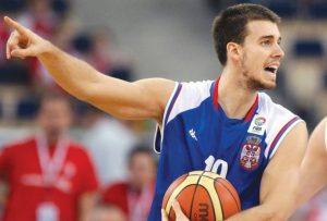 """Tripković nije uopšte pokazao nikakvu reakciju, delovalo je kao da ga ne zanima što je """"Duda"""" vrlo ljut, ali je zato tadašnji tim menadžer košarkaške reprezentacije Srbije Nebojša Ilić, vrlo zbunjeno propratio situaciju koja se dešavala tik pored njega."""