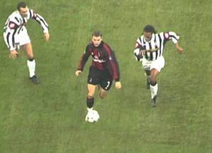 """Sve je počelo negde na polovini igrališta kada je Ševčenko grudima odneo jednu loptu ispred Edgara Davidsa i ostavio ga iza sebe jureći ga golu Juventusa. Izbegao je Zambrotu koji mu se isprečio, a onda u punom trku naišao na Pesota, jednog od boljih defanzivaca u Italiji u tom periodu. Ukrainac ga je fintom izbacio iz igre, projurio pored njega, a onda kada je malo ko očekivao, gotovo iz okreta snažno šutnuo loptu ka golu """"crno-belih"""". Legenda među stativama, Đanluiđi Bufon, njegovi saigrači, navijači na tribinama... svi su bili iznenađeni ovim optimističkim pokušajem. Međutim samo su majstori poput Ševčenka umeli da procene u milimetar, pa je tako lopta preletela Bufona i ušla u suprotan ugao. Parada je samo ulepšala ovo remek delo realizovano sa preko 20 metara."""