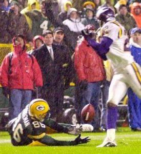 """Odbrana Vikingsa se odlučila da se brani blicem u tom pokušaju, """"jurnuli"""" su sa šest igrača na kvoterbeka domaćih, legendarnog Breta Favra, koji je brzo izbacio loptu, poslavši """"balon"""" ka Antonio Frimenu, koga je pokrivao korner bek gostiju Kris Dišmen. Bio je defanzivac gostiju odlično postavljen, činilo se da će lagano preseći dodavanje Favra, ali da li zbog """"pasjeg vremena"""" ili nečeg drugog, lopta mu se izmigoljila iz ruku i pala na zemlju, bar su skoro svi to mislili... Lopta je u stvari udarila Frimena (koji se našao na zemlji posle duela sa Dišmenom) u levo rame i to nekoliko puta, a zatim kada je došla blizu zemlje, snalažljivi risiver domaćih je postavio desni dlan i tako """"žonglirajući"""" je ostavio u """"životu""""."""