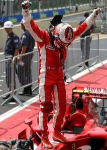 """Raikonen je trku na pisti """"Interlagos"""" započeo sa treće pozicije, pa su mu davane vrlo male šanse za titulu. Finac je, međutim, izvanrednom vožnjom, ali i sjajnom taktikom ekipe Ferari, na kraju srušio sve prognoze i potpuno zasluženo trijumfovao, što mu je omogućilo da titulu osvoji sa samo bodom više od Hamiltona i Alonsa."""