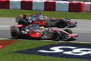 """Luis Hamilton se na svojoj prvoj F1 trci u životu popeo na postolje, trećim mestom u Australiji, a potom je ređao uspehe u Maleziji, Bahreinu i Španiji, trke posle koje je postao najmlađi vozač na vodećem mestu u šampionatu ikada, ali je upravo tada """"puklo"""" između Hamiltona i Alonsa, jer je Britanac na trci u Španiji odbio da postupi po naređenjima šefova tima, što je razbesnelo Španca. Hamilton mu je odgovorio sa prvom pobedom u karijeri u Kanadi, potom i u Americi, posle čega je imao deset poena više od Alonsa."""