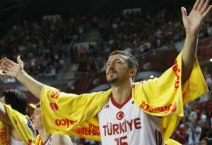 """Za reprezentaciju svoje zemlje osvojio je dva srebra, 2001. godine na Evropskom prvenstvu u njegovoj rodnoj zemlji, kada je bio najbolji igrač tima koji je zemlji sa Bosfora doneo prvu medalju u istoriji. Uvršten je u idealnu petorku tog prvenstva, igrao je sjajno, ali više od srebra nije mogao sa svojim timom, jer je Jugoslavija bila prejaka. Devet godina kasnije na Mundobasketu, kome je Turska bila domaćin, opet je predvodio svoj tim do srebra. Ovog puta su bili bolji od Srbije, uz čini se veliku podršku sudija, ali u borbi za zlato izgubili su od američkog """"Dream Team""""-a. Iako su godinama imali jedan od najboljih timova na """"starom kontinentu"""", što zbog nediscipline, a u pojedinim trenucima i nedostatka sreće, """"Hido"""" i družina je svoju """"epohu"""" završila sa samo dve osvojene medalje."""