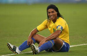 """Samo četiri dana kasnije na Kopa Americi u utakmici protiv Venecuele, u kojoj je moćni Brazil već vodio sa 4:0, u 70. minutu u igru je umesto Aleksa usao kratko ošišani """"klinac"""" od 19 godina, sa brojem 21 na leđima. Od tog momenta prošlo je četiri minuta kada je Kafu u jednom prodoru po desnoj strani ubacio loptu na vrh šesnaesterca. Lopta je ispred Ronaldinja malo odskočila, ali on ju je jednim potezom prebacio preko svog čuvara Reja, a zatim pretrčao i njega i Rohasa, pa pogodio mrežu između golmana i njegove leve stative."""