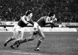 """Bio je 21. decembar 1983. godine. Splitski """"Poljud"""" bio je krcat. Jugoslavija je igrala meč u kome joj je pobeda garantovala odlazak na Svetsko prvenstvo u Francusku, pa čak i remi od 1:1. Meč za koji bi se u žargonu reklo da ga """"ni Hičkok ne bi režirao""""."""