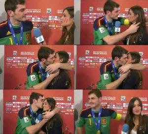"""Nakon osvajanja titule svetskog prvaka u fudbalu, tokom intervjua u kome se Kasiljas zahvalio porodici i saigračima, on je pogledao Saru i poljubio je, a zatim otišao iz kadra. Prisutni su aplaudirali, a Sara se nakon trenutka zbunjenosti, javila kolegama u studiju. A sve je izgledalo ovako: Sara: """"Kako se osećaš?"""" Kasiljas: """"Veoma sam srećan , mislim da samo zaslužili sve ovo, od početka do kraja. Želeo bih da se zahvalim svima koji su me oduvek podržavali – roditeljima, braći..."""" (Zastaje i kreće da plače). Sara: """"Hajde da razgovaramo malo o utakmici?"""" Kasiljas: """"Ne..."""" (Poljubac)."""
