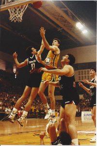 """Splitski """"Dream team"""" je bio apsolutni favorit u finalu plej-ofa 1991. godine protiv Partizana. Posle dva početna trijumfa i sukoba u redovima """"crno-belih"""", koji su rezultovali time da Žarko Paspalj ne nastupi u trećem susretu, ekipa iz Splita prvu """"meč loptu"""" za titulu imala je 28. aprila u Hali sportova na Novom Beogradu. U tom susretu se desila prava """"demonstracija sile"""" od strane igrača ekipe POP 84, koji su se prosto poigravali sa nemoćnim domaćinima do konačnog i ubedljivog trijumfa rezultatom 86:64. Tu utakmicu je najviše svojom košarkaškom magijom obeležio Toni Kukoč, koga je četiri minuta pre kraja susreta pri ubedljivom vođstvu Splićana trener gostiju Željko Pavličević odlučio da izvede iz igre..."""