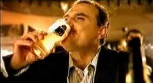 """Reklama počinje tako što Ristovski sedi u kafiću sa prijateljima, naravno pije pivo koje reklamira i prepričava šta mu se dogodilo: """"Ljudi, da vam pričam. Spremam se ja da gledam utakmicu, otvorim frižider, kad ono, nema MB piva. Pogledam u televizor, onaj sudija, Kolina, stoji na centru, gleda u sat, vidim nervozan. Ja kažem: """"Šta je bre, Kolina, što si nervozan? Nema MB piva, čoveče!"""" Kad on meni: 'Nema ceka Lazo!'"""" Na kraju njegove priče i na opšte iznenađenje svih u kafiću, na vratima se pojavljuje Kolina glavom i bradom, seda do """"Laze"""" i na """"tečnom"""" srpskom govori: """"Nema ceka Lazo, daj MB pivo."""""""