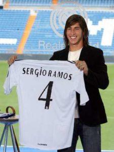 Nije se dugo čekalo. Real je odrešio kesu i već u sledećoj sezoni Ramos je nosio njihov dres. To zadovoljstvo koštalo je Madriđane 27 miliona evra, što je Ramosa u tom trenutku činilo trećim najskupljim tinejdžerom u istoriji Fudbala. O kakvom se talentu radilo i koliko su u glavnom gradu Španije verovali u njega najbolje govori broj na njegovim leđima. Četvroku je pre njega nosio legendarni Jero.