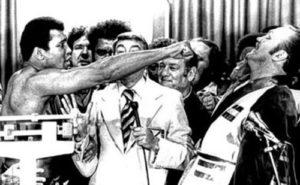 """Koliko su dvojica boksera bila neravnopravna u tom trenutku na svim poljima, možda najbolje govori podatak da je Ali za meč dobio 1,3 miliona dolara, a Vepner """"samo"""" 100,000 """"zelenbaća"""". Ipak, i tih 100,000 dolara bilo je znatno više nego što je Vepner zaradio do tog trenutka u svojoj karijeri. Pre borbe, jedan novinar, koji je bio iznenađen Alijevim izborom protivnika za meč, pitao je Vepnera da li stvarno misli da može da """"preživi"""" u ringu protiv legendarnog šampiona. """"Ja sam """"preživljavao"""" ceo moj život, a ako sam """"preživeo"""" u marincima, mogu da """"preživim"""" i Alija."""" - odgovorio mu je Čak."""