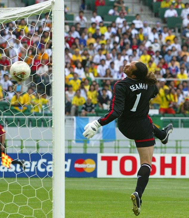 Ronaldinjo lobuje Simana i postiže gol na Mundijalu 2002. godine.