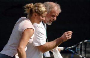Kim, ćerka belgijske fudbalske legende Lea Klajstersa, je već sa 11 godina osvojila juniorsko prvenstvo Belgije, što joj je omogućilo da se dve godine kasnije pridruži teniskoj akademiji u Antverpenu, koja će biti vrlo važna za njen teniski razvoj.