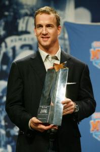 2003. godine igrao je sjajno, osvojio svoju prvu MVP titulu, ali i konačno doneo Koltsima pobede u plej-ofu. Savladani su Bronkosi na početku doigravanja, a u tom meču Pejton je bacio 377 jardi i 5 tačdauna!
