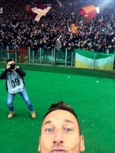 """Stadion je """"eksplodirao"""", a Toti otrčao pod južnu tribinu stadiona """"Olimpiko"""" i slavio sa najvatrenijim navijačima. Dok se vraćao na teren, uzeo je mobilni telefon od jednog od trenera, strpljivo ga """"otključao"""", uključio kameru i napravio selfi za istoriju. Ovo je još više oduševilo navijače, a gotovo svi mediji su preneli ovu originalnu ideju o kojoj se još dugo pričalo."""