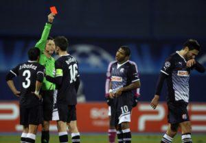 Dinamo je u Zagrebu ostao sa igračem manje već u 28. minutu, pošto je Jerko Leko dobio drugi žuti karton. Međutim, domaći su i sa desetoricom prvi došli do gola – u 40. minutu tada 17-godišnji Mateo Kovačić zatresao je mrežu Francuza.