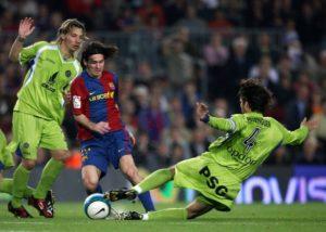 """18. aprila 2007. godine, u polufinalu Kupa Kralja, svet je upoznao koliki je zapravo fudbalski genije Leo Mesi. Sa tada samo 19 godina, Barselonin tinejdžer je već smatran za najboljeg mladog talenta na svetu a onda je postigao taj gol. Bio je 28. minut meča na """"Kamp Nou"""", Barselona je vodila sa 1:0 golom Ćavija, Mesi je dobio loptu na svojoj polovini, a onda se dogodila """"magija"""". Odmah je predriblao dva igrača Hetafea, Paredesa i Nača, sjajnim """"minijaturama"""" koje je neverovatno teško izvesti na tako malom prostoru, pa se oslobodivši njih neverovatnom brzinom stuštio ka golu protivnika izvodeći slalom i driblajući svakog ko mu se nadje na putu, pa na samom kraju i golmana Garsiju."""