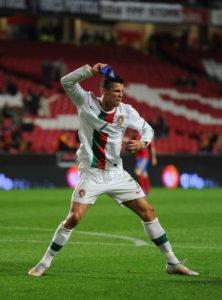 Ronaldo je prvo krenuo da proslavi jedan od najlepših golova koji je postigao za nacionalnu selekciju, a zatim kada je video podignutu zastavicu pokazao je svoj bes. Mahao je rukama sa ljutitom grimasom na licu, a onda je čak i bacio na travu kapitensku traku.
