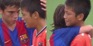 """Naime, Barselonin U12 tim je osvojio prestižno takmičenje """"Junior Soccer World Challenge"""" turnir, pobedivši u finalu japanski tim Omiju istog uzrasta rezultatom 1:0. Kada je sudija odsvirao kraj na terenu su se dešavale dirljive scene. Mladići kluba iz Španije poleteli su jedan drugom u susret skačući i grleći se od radosti i sreće dok su njihove japanske """"kolege"""" bile vidno utučene. Neki su legli na travu, drugi pokrili lice rukama, a većina mališana je plakala za izgubljenim trofejom. Tada su momci """"Blaugrane"""" pokazali koliko su veliki, pa su dirnuli ljude širom sveta svojim humanim gestom. Mladići su predvođeni svojim kapitenom Adriom Kapdevilom Pigmalom, koji je proglašen MVP-em turnira, krenuli da obilaze igrače Omije i da ih teše. Grlili su ih i podizali im glave bodreći ih i pomažući im da prebole poraz i ne izgube veru u sebe."""