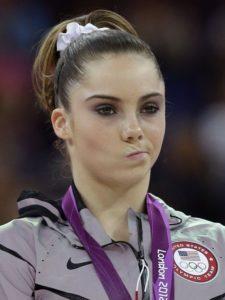 """Čim je primila medalju, još pre intoniranja himne za novu šampionku, Maronijeva je pogledom """"ubice"""" i napućenim i """"deformisanim"""" usnama jasno pokazala svoje nezadovoljstvo učinjenim, a iako je takvu facu """"složila"""" na samo nekoliko sekundi, fotoreporteri su to primetili, slikali je, a ta slika je odmah postala globalna senzacija i slika """"najvećeg gubitnika"""" Igara."""