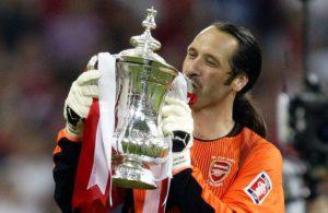 Arsenal je kasnije, u finalu pobedio Sautempton sa 1:0 i osvojio FA kup, a Siman podigao pehar.