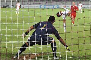 """Pri rezultatu 5:2 za domaću reprezentaciju, u 78. minutu dosuđen im je i jedanaesterac. Loptu je na belu tačku postavio upravo Avana. On je kako su mnogi pomislili, iskoristio jedanaesterac za ličnu promociju. Uhvatio je zalet, a kada je prišao blizu lopte okrenuo se i petom šutnuo loptu, uhvativši zatečenog golmana Libana na """"pogrešnoj nozi"""". Lopta je posle ovog neverovatnog poteza ušla u mrežu. Na ovaj gest publika je reagovala podeljeno, neki su zviždali, dok su mu drugi aplaudirali."""