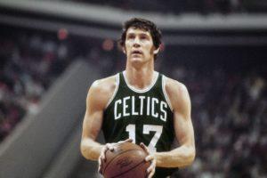 """Igrači Milvokija su od starta tog šestog meča NBA finala 1974. godine bili rešeni da naprave brejk i pitanje novog šampiona reše u svojoj dvorani. Vodili su u prvom poluvremenu sa 12 poena prednosti, imali su prednost i do same završnice regularnog dela, ali su domaćini pogotkom legendarnog Džona Havličeka uspeli da dođu do izjednačenja i odvedu meč u produžetak. I opet su Baksi sve vreme bili bliži pobedi, ali je Boston te večeri imao neverovatnog Havličeka, koji je ponovio """"herojski podvig"""" sa kraja regularnog toka susreta, i još jednim pogotkom """"sa zvukom sirene"""" odveo meč u novih dodatnih pet minuta."""