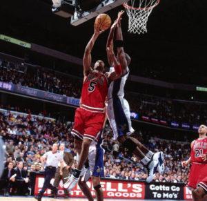 Mnogi će reći da Džordan u dresu Vizardsa nije bio ni senka igrača koji je bio pre drugog povlačenja iz košarke, ali je tog 4. januara 2002. godine sa nepunih 39 godina, u jednom potezu, blokadom kakva se ne viđa često ni od mnogo mlađih košarkaša, pokazao zašto se smatra ne samo jednim od najboljih košarkaša, već i jednim od najboljih sportista svih vremena.