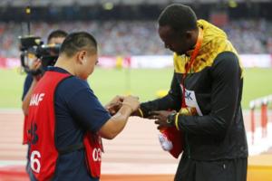 """tokom dodele medalja najboljima na 200 metara, kineski kamerman poklonio je Juseinu Boltu crvenu narukvicu kao amajliju, u znak izvinjenja što ga je nenamerno srušio dan ranije. Bolt je tu situaciju iskoristio da se našali, pa se kroz osmeh obratio novinarima: """"Getlin ga je nagovorio da to uradi."""" - aludirajući tako na to što njegov najveći rival tih godina Džastin Getlin i pored svojih čestih najava da će """"srušiti"""" Bolta, nije nikako uspevao da ga savlada na velikim takmičenjima."""