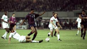 """Utakmica je bila tvrda i dugo se igralo bez golova. A onda Van Gal u 69. minutu """"u vatru"""" baca klinca od 18 godina. U igru je ušao mlađani Klajvert. I nije mu dugo trebalo da uđe u istoriju. Jedva petnaestak minuta kasnije, Rajkard mu dodaje jednu loptu na ivici šesnaesterca Milana, a on pored legenda kakve su Maldini i Barezi prolazi i gura loptu u gol nemoćnog Rosija."""