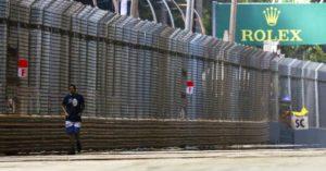 Kad navijač prošeta stazom tokom trke Formule 1 fb