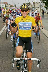 """2005. godine većina biciklista je kao cilj imalo da pobedi Armstronga na Turu, ali je to bila """"nemoguća misija"""". Iako su ga u brdskim etapama gotovo svi favoriti napadali, on je odolevao uspešno i na kraju trijumfovao po sedmi put na Tur de Fransu."""