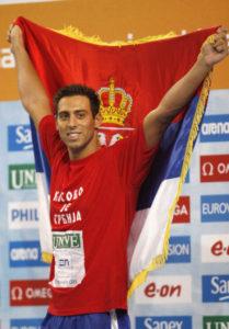 """Naime, iako je Milorad još tokom kvalifikacija pre starta trka nosio majicu na kojoj je pisalo """"Kosovo je Srbija"""", kada je to isto uradio na ceremoniji dodele medalja najboljima u trci na 50 metara delfin, dogodio se skandal."""