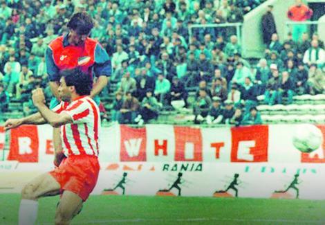 """Akciju je započeo bek Stojan Malbašić, koji je bio povređen, ali nikako nije želeo da propusti ovaj meč, pa je igrao rovit. Oduzeo je loptu jednom fudbaleru Zvezde i probio se po desnoj aut liniji. Odlično je dodao do Amira Durgutovića, koji je sa aut linije milimetarski bio precizan, centrirao na drugu stativu ka Senadu Lupiću. Lopta je prevarila golmana """"Crveno-belih"""" Stevana Stojanovića i visokog Miodraga Krivokapića. Na pravom mestu našao se Lupić. Usledio je taj čuveni trzaj glavom, lopta je otišla u zemlju, a odatle u mrežu Crvene zvezde."""