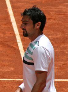 """Nenad Zimonjić tokom karijere nije nikada imao preterano mnogo uspeha u singl konkurenciji. Na ATP listi je bio najbolje plasiran u martu 1999. godine, kada se nalazio na 176. mestu ATP liste. Ipak, da ne ostavi samo trag u dubl konkurenciji, pobrinuo se 2004. godine, kada je na turniru u Sent Poltenu, u prvom kolu singla uspeo da napravi tenisku senzaciju možda i te celokupne sezone i savlada legendu """"belog sporta"""" Andrea Agasija."""